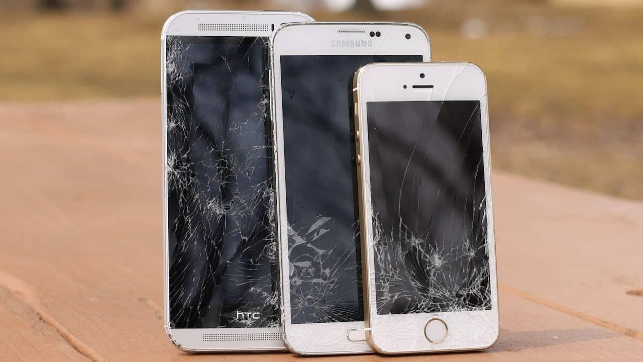 Des smartphones dont l'écran est cassé